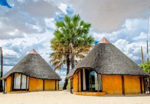 Lodge mit runden Zimmern im Ovambostil
