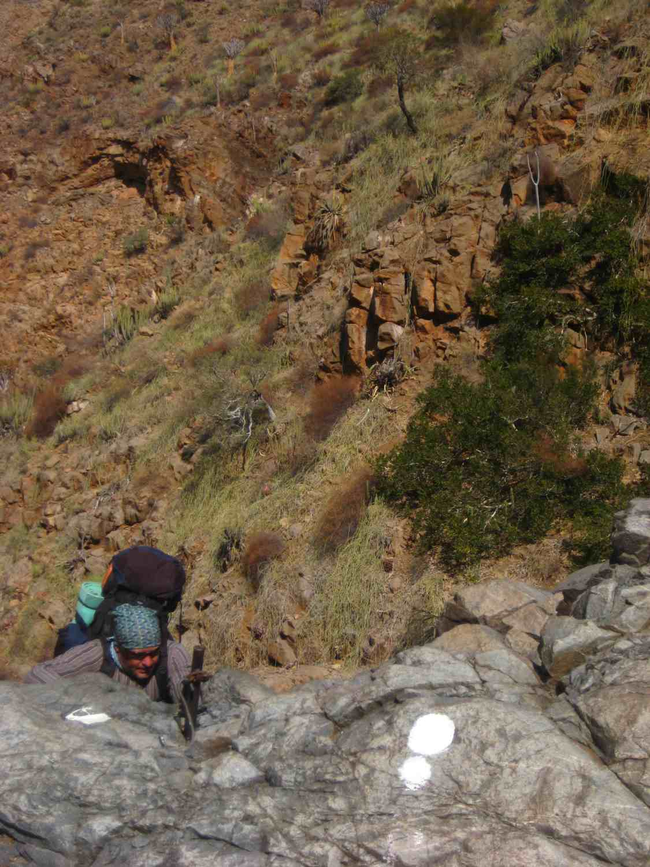 Senkrecht hinunterführender Abstieg an Ketten auf dem Naukluft Wandertrail