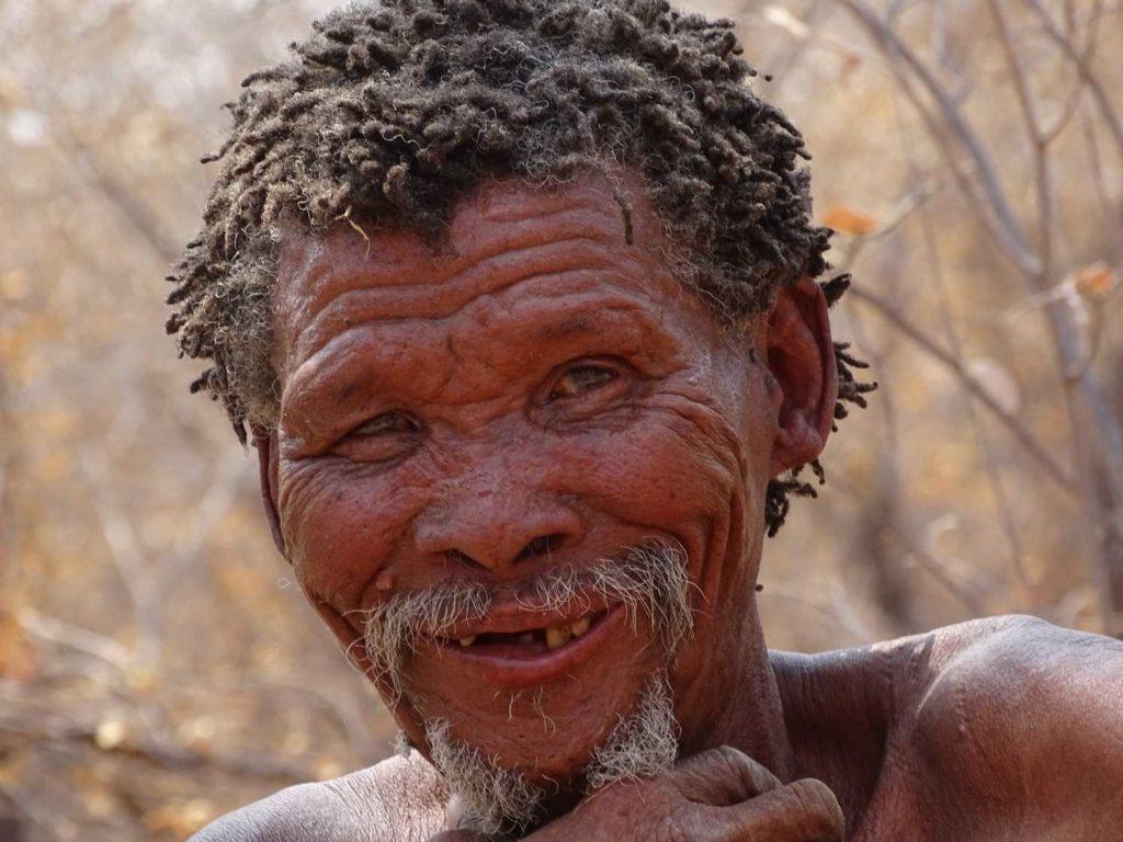 Freundliches Lächeln eines älteren Mannes bei den San in Namibia
