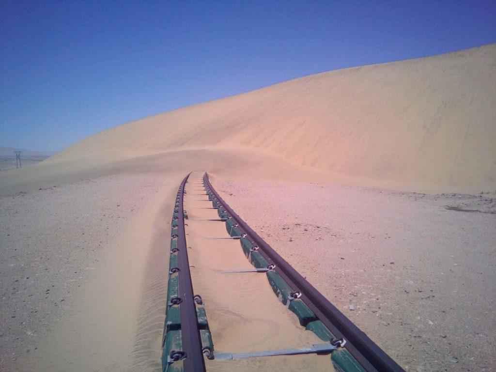 Bahngleis versinkt in den Dünen
