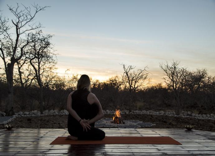Yoga zum Sonnenuntergang ausserhalb von Etosha