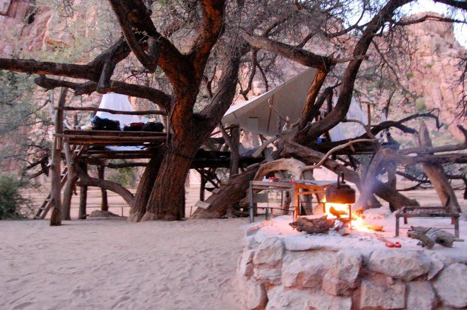 Das Basiscamp mit Schlafplatformen und Lagerfeuer am Ugab