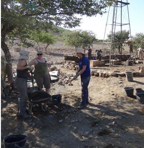 Bauwoche - arbeiten an der Schutzmauer um ein Windrad