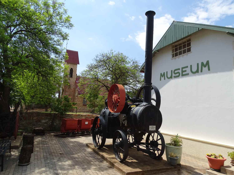 Dampflok vor dem Tsumeb Museum