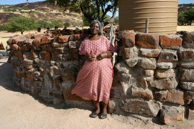 Damarafrau vor der von den Freiwilligen gebauten Elfanten-Schutzmauer