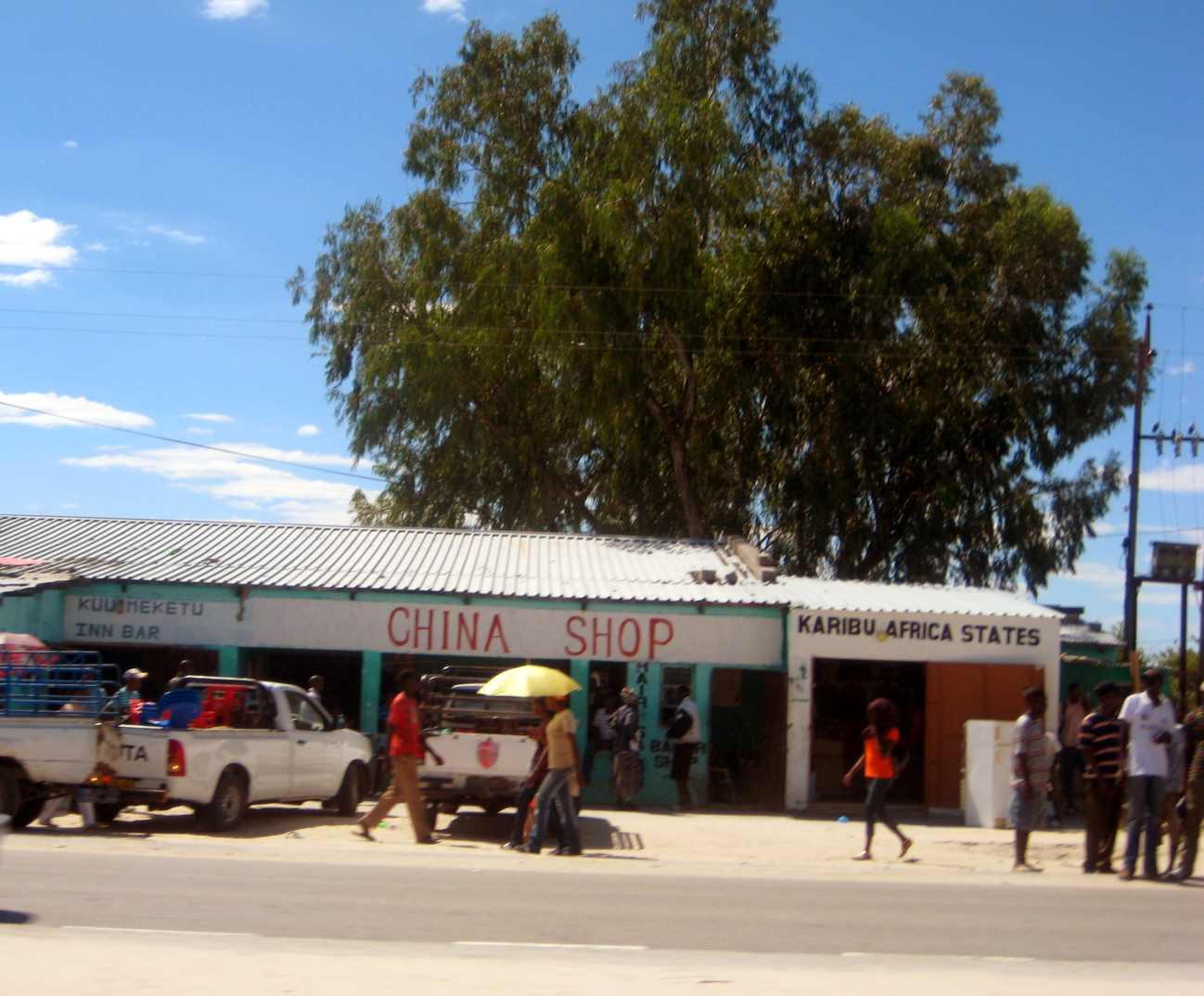 China Shop und Menschen am Strassenrand im Ovamboland