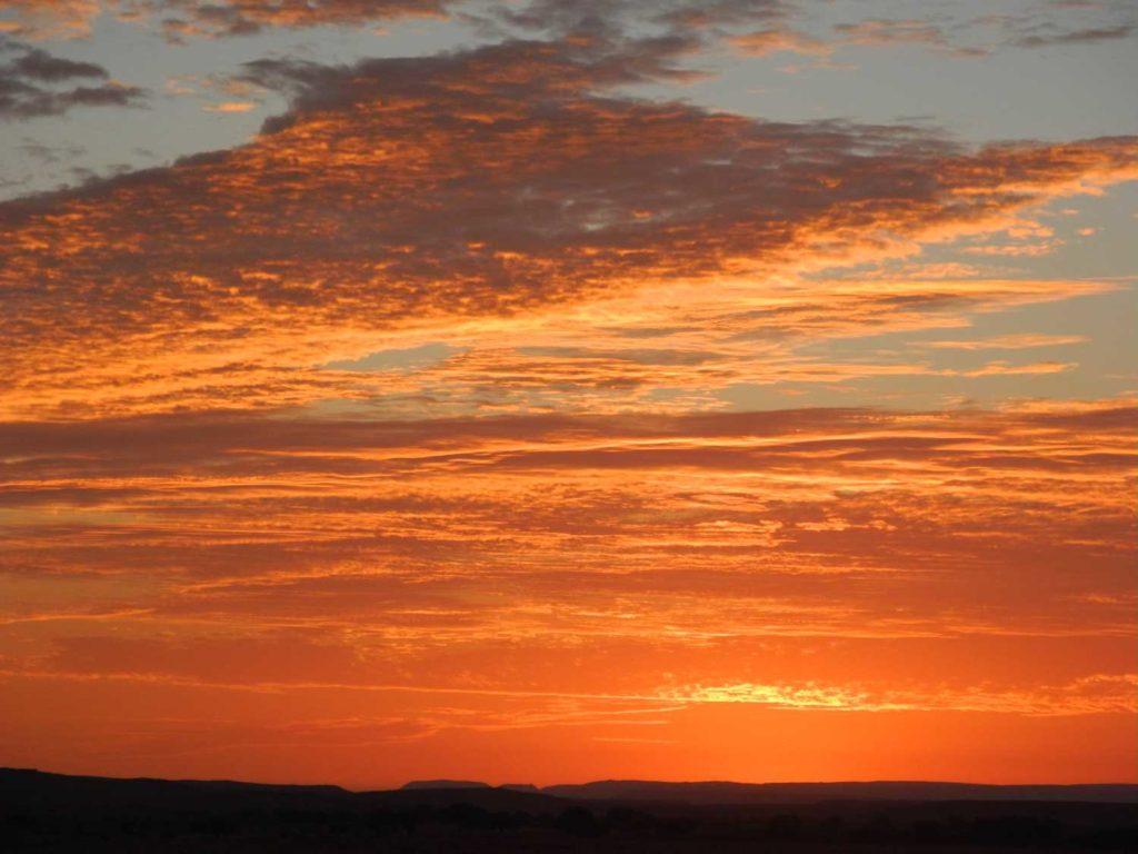 Sonnenuntergang mit Wolken in Namibia