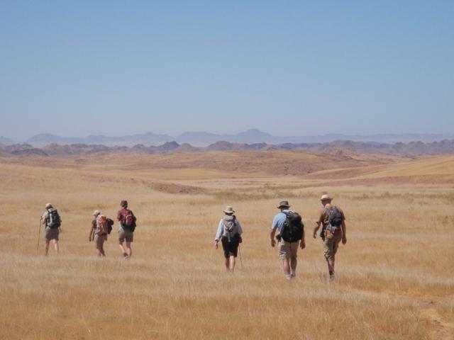 Wanderer auf den Flächen der Namib im Damarland