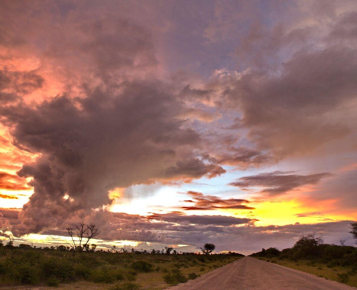 Stimmungsvolle Wolken in der Kalahari in Naye Naye