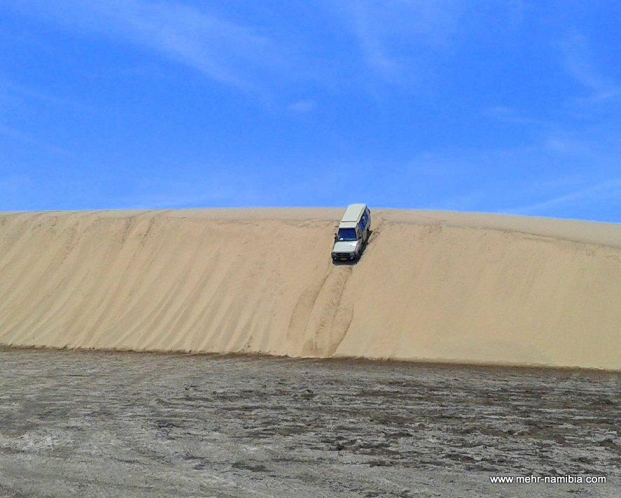 Geländewagen fährt steile Düne hinunter