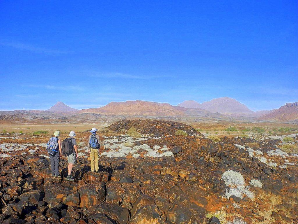 Wanderer im Damaraland in Namibia