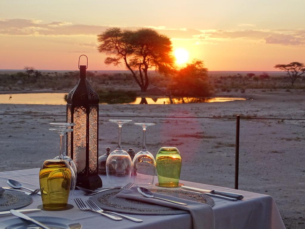 Sonnenuntergang am Wasserloch in Namibia